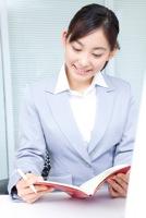 試験勉強をする女性のイメージ写真